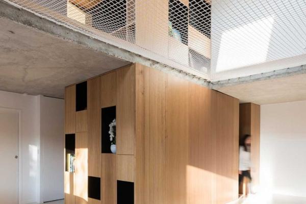 Savremeni dom sa međuspratom napravljenim od mreže