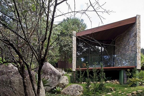 Kamen, staklo & drvo omogućili stvaranje doma po meri pisca