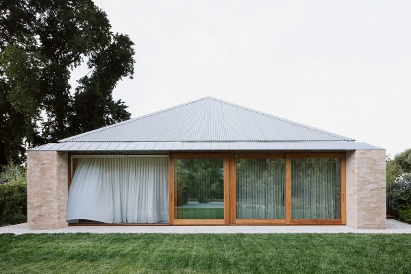 Cigla, ugaoni plafoni i svetlarnik definišu ovaj australijski dom