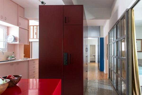 Kako su boje stvorile nove & oživele postojeće delove mračnog atinskog stana
