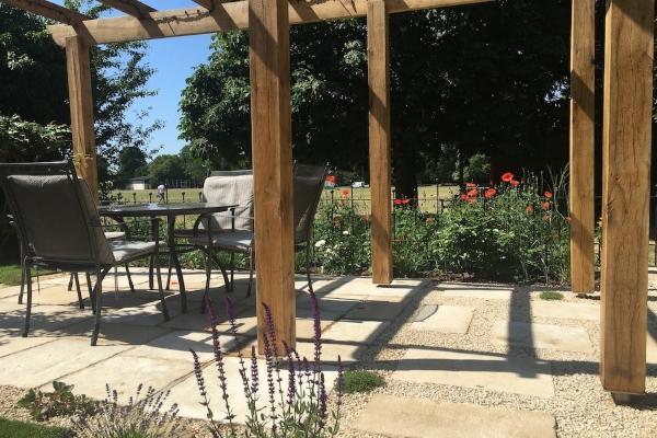 Prošetajte vrtom koji na momente postaje deo livade