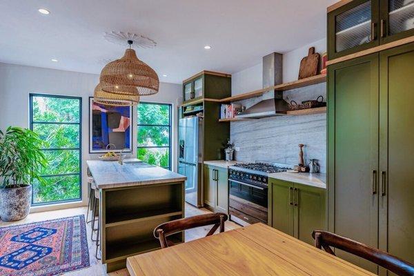 Živopisna kuhinja koja se savršeno stapa sa okolnim zelenilom