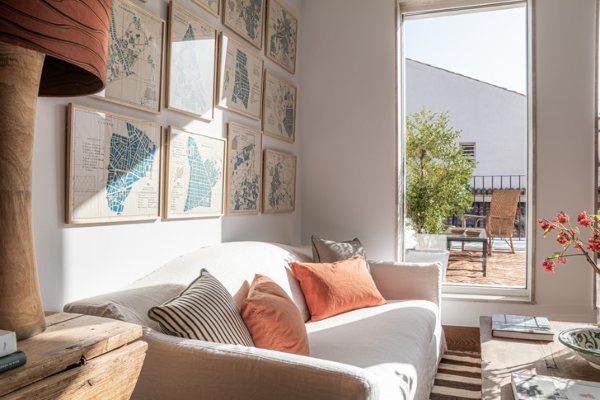 Dvoetažni stan u Madridu oduševljava sjajnim enterijerom i udobnom terasom