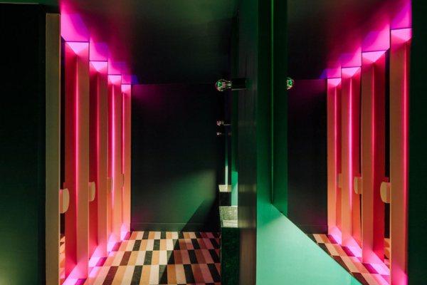 Restoran Lulu u Lisabonu obasjan neon svetlima