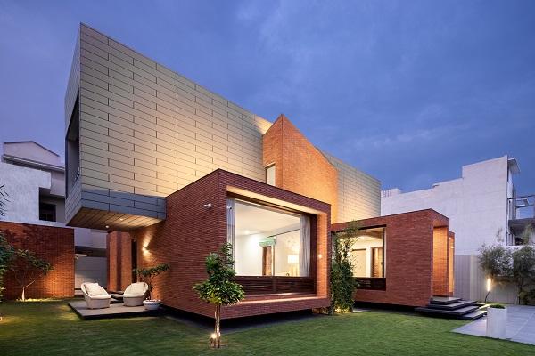 Zavirite u zanimljivu dvospratnu kuću od cigle u Indiji