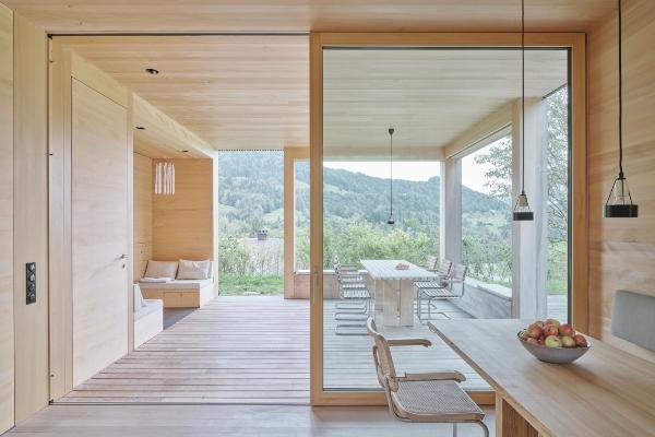 Usamljena seoska kuća zadržava svoj prvobitan oblik ali dobija i neke nove funkcije
