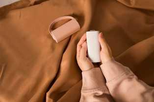 prenosiv-cilindricni-uredjaj-za-grejanje-ruku-koji-istovremeno-sluzi-za-punjenje-telefona.jpg